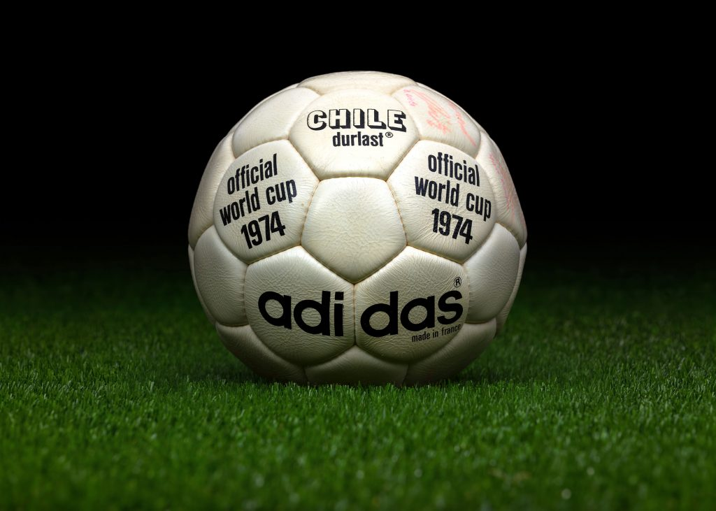 made-in-france-match-ball-fifa-world-cup-1974-germany-adidas-chile-durlast-2